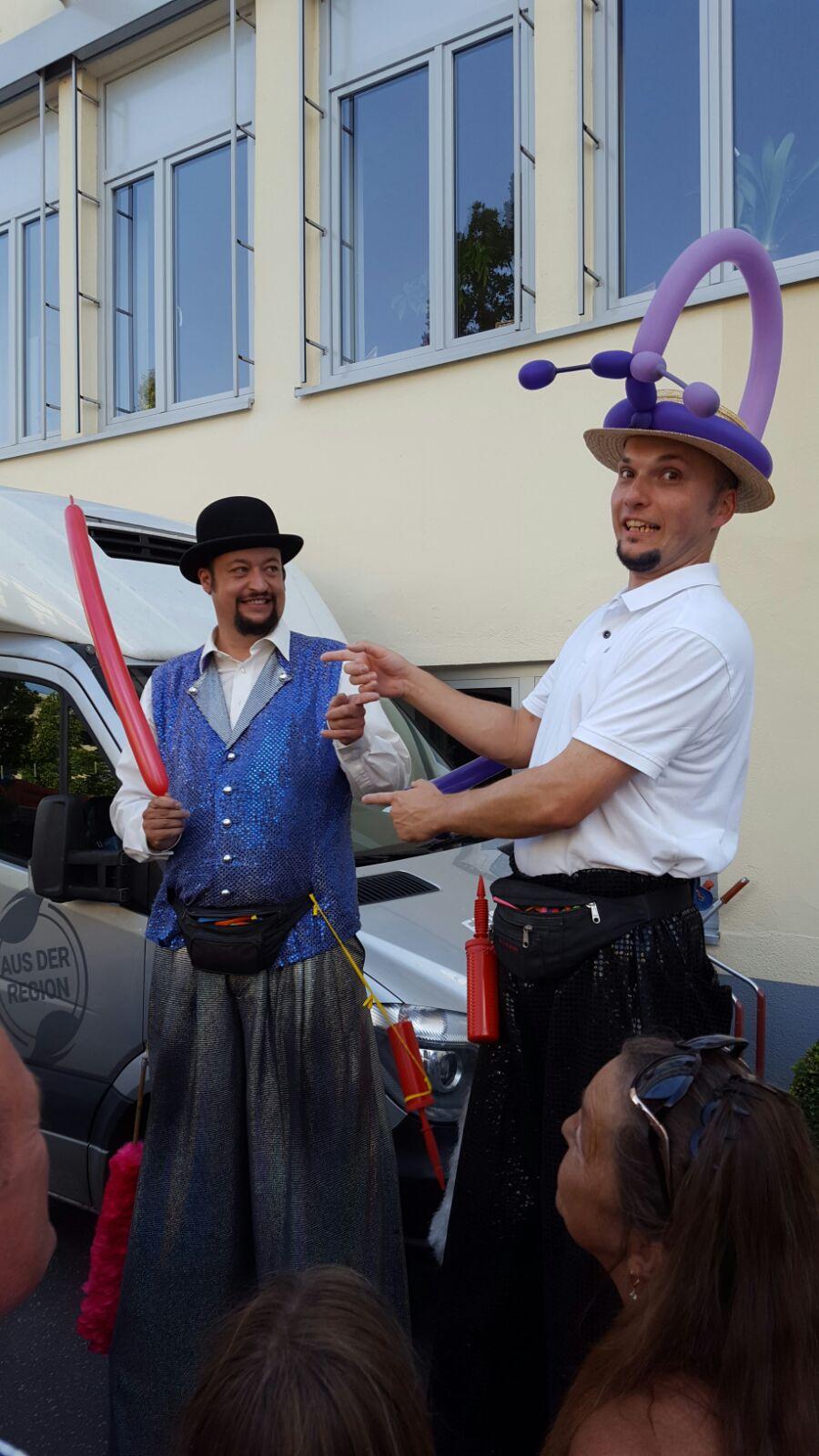 Zwei Stelzenläufer
