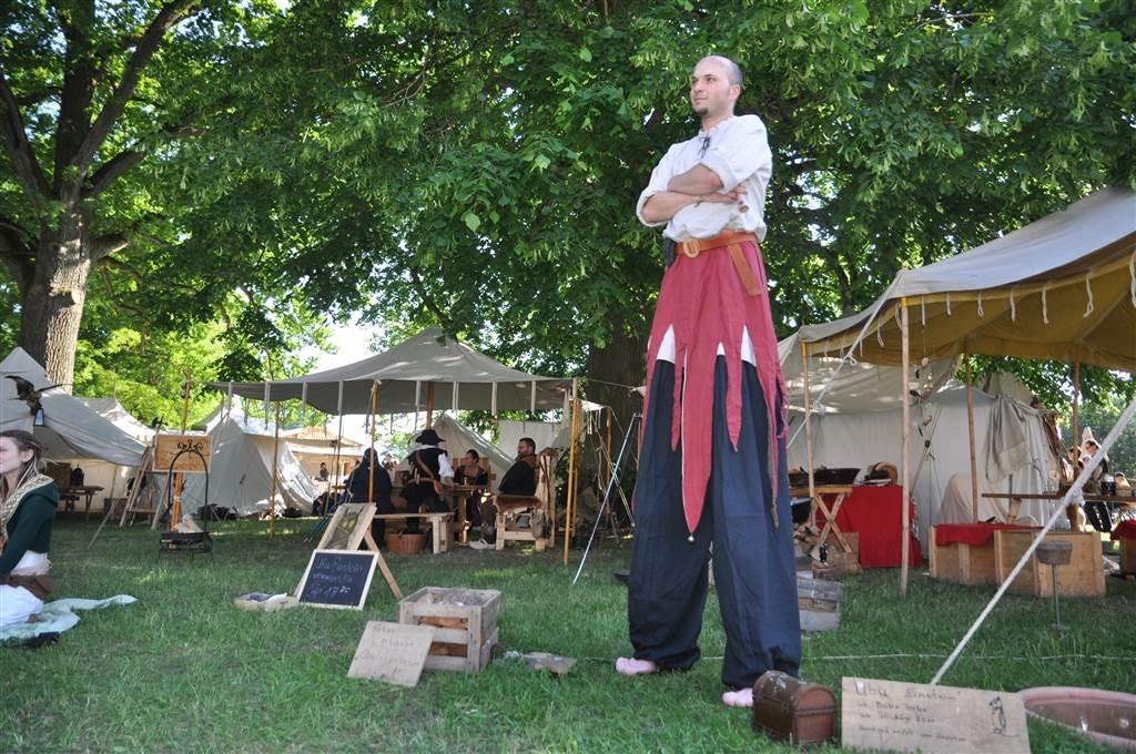 Mittelalterfest historischer Stelzenmann